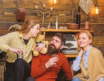 Οικογένεια που συλλέγει, χρόνος εξόδων από κοινού Γυναίκα με το ευτυχές χαμόγελο που προσέχει το σύζυγο και την εφηβική ομιλία πα στοκ φωτογραφίες με δικαίωμα ελεύθερης χρήσης