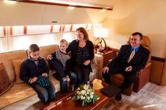 Οικογένεια που ταξιδεύει με το εμπορικό αεριωθούμενο αεροπλάνο αέρα Στοκ φωτογραφίες με δικαίωμα ελεύθερης χρήσης