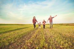 οικογένεια που τρέχει από κοινού στοκ φωτογραφίες με δικαίωμα ελεύθερης χρήσης