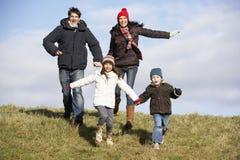 Οικογένεια που τρέχει στο πάρκο Στοκ Εικόνα
