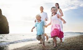 Οικογένεια που τρέχει την εύθυμη έννοια διακοπών ταξιδιού διακοπών στοκ φωτογραφίες