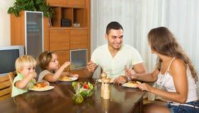 Οικογένεια που τρώει τα μακαρόνια Στοκ Φωτογραφία