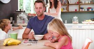 Οικογένεια που τρώει το πρόγευμα στην κουζίνα από κοινού απόθεμα βίντεο