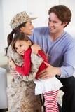 Οικογένεια που χαιρετά το στρατιωτικό σπίτι μητέρων στην άδεια στοκ φωτογραφίες με δικαίωμα ελεύθερης χρήσης