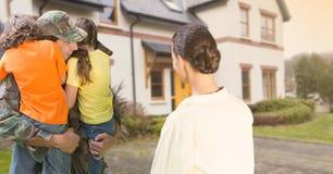 Οικογένεια που χαιρετά το στρατιωτικό σπίτι πατέρων στην άδεια στοκ φωτογραφίες με δικαίωμα ελεύθερης χρήσης