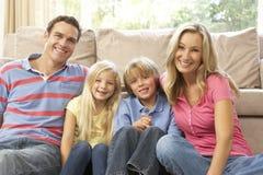 Οικογένεια που χαλαρώνει στο σπίτι από κοινού Στοκ εικόνα με δικαίωμα ελεύθερης χρήσης