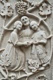 Οικογένεια που χαράζεται σε μια πρόσοψη εκκλησιών στοκ εικόνες με δικαίωμα ελεύθερης χρήσης