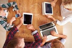 Οικογένεια που χρησιμοποιεί τη νέα τεχνολογία, υπερυψωμένη άποψη Στοκ εικόνα με δικαίωμα ελεύθερης χρήσης