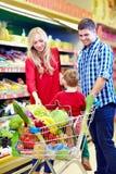 Οικογένεια που ψωνίζει στην αγορά παντοπωλείων Στοκ Εικόνες