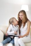 Οικογένεια που διαβάζεται Στοκ φωτογραφία με δικαίωμα ελεύθερης χρήσης