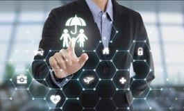 Οικογένεια προστασίας κουμπιών συμπίεσης χεριών πρακτόρων επιχειρησιακών πωλητών Στοκ Φωτογραφίες