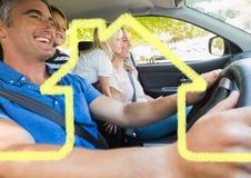 Οικογένεια σε ένα αυτοκίνητο μαζί με την περίληψη σπιτιών Στοκ Εικόνες