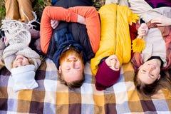 Οικογένεια σε ένα πάρκο φθινοπώρου Στοκ Φωτογραφίες
