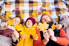 Οικογένεια σε ένα πάρκο φθινοπώρου Στοκ φωτογραφίες με δικαίωμα ελεύθερης χρήσης