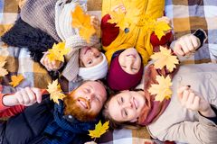 Οικογένεια σε ένα πάρκο φθινοπώρου Στοκ εικόνα με δικαίωμα ελεύθερης χρήσης