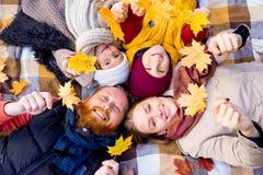 Οικογένεια σε ένα πάρκο φθινοπώρου Στοκ Εικόνες