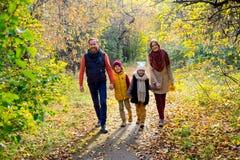 Οικογένεια σε ένα πάρκο φθινοπώρου Στοκ Εικόνα