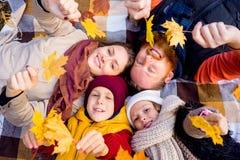 Οικογένεια σε ένα πάρκο φθινοπώρου Στοκ φωτογραφία με δικαίωμα ελεύθερης χρήσης
