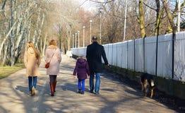 Οικογένεια σε ένα πάρκο Στοκ Εικόνες
