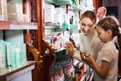 Οικογένεια σε ένα φαρμακείο Στοκ φωτογραφία με δικαίωμα ελεύθερης χρήσης