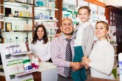 Οικογένεια σε ένα φαρμακείο στοκ φωτογραφίες