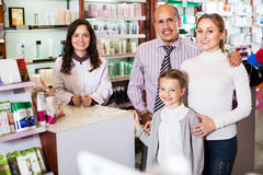 Οικογένεια σε ένα φαρμακείο Στοκ Φωτογραφία