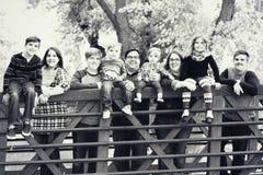 Οικογένεια σε μια γέφυρα στοκ φωτογραφία με δικαίωμα ελεύθερης χρήσης