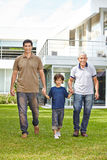 Οικογένεια σε τρεις γενεές μπροστά από το σπίτι Στοκ φωτογραφία με δικαίωμα ελεύθερης χρήσης