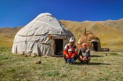 Οικογένεια στην ΑΛΑ Archa στο Κιργιστάν Στοκ Εικόνα