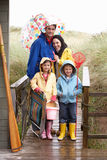 Οικογένεια στην παραλία με την ομπρέλα στοκ εικόνα με δικαίωμα ελεύθερης χρήσης