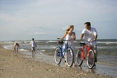 Οικογένεια στην παραλία Στοκ Φωτογραφία