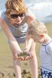 Οικογένεια στην παραλία της Χαβάης Στοκ Εικόνες