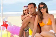Οικογένεια στην παραλία στοκ φωτογραφία με δικαίωμα ελεύθερης χρήσης