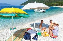 Οικογένεια στην παραλία Antisamos (Ελλάδα, Kefalonia) Στοκ Εικόνες
