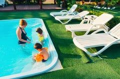Οικογένεια στην πισίνα Στοκ εικόνα με δικαίωμα ελεύθερης χρήσης