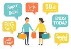 Οικογένεια στην πώληση Να κάνει ανδρών και γυναικών που ψωνίζει με την έκπτωση Στοκ Εικόνες