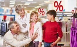 Οικογένεια στην πώληση Στοκ Φωτογραφίες