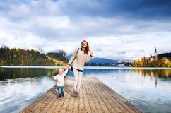 Οικογένεια στη λίμνη που αιμορραγείται, Σλοβενία, Ευρώπη Στοκ εικόνα με δικαίωμα ελεύθερης χρήσης