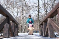 Οικογένεια στη γέφυρα Στοκ εικόνα με δικαίωμα ελεύθερης χρήσης