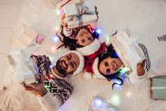 Οικογένεια στη νέα παραμονή έτους ` s στοκ εικόνες με δικαίωμα ελεύθερης χρήσης