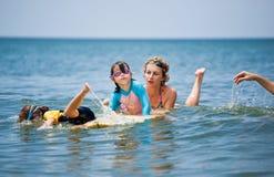 Οικογένεια στις διακοπές Οικογενειακό σερφ οικογενειακό καλές διακοπές καλοκαίρι σας Στοκ φωτογραφία με δικαίωμα ελεύθερης χρήσης