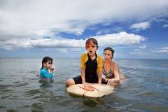 Οικογένεια στις διακοπές Οικογενειακό σερφ οικογενειακό καλές διακοπές καλοκαίρι σας Στοκ φωτογραφίες με δικαίωμα ελεύθερης χρήσης
