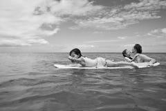 Οικογένεια στις διακοπές Οικογενειακό σερφ οικογενειακό καλές διακοπές καλοκαίρι σας Στοκ εικόνα με δικαίωμα ελεύθερης χρήσης