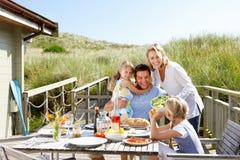 Οικογένεια στις διακοπές που τρώει υπαίθρια Στοκ Εικόνες