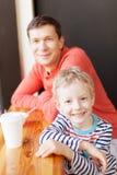 Οικογένεια στον καφέ στοκ φωτογραφία