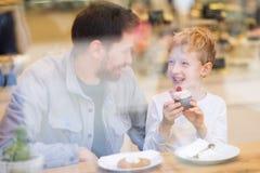 Οικογένεια στον καφέ στοκ φωτογραφία με δικαίωμα ελεύθερης χρήσης