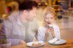 Οικογένεια στον καφέ στοκ εικόνες με δικαίωμα ελεύθερης χρήσης