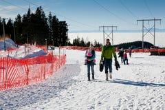 Οικογένεια στον τομέα σκι Στοκ Εικόνες