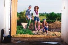 Οικογένεια στο αγρόκτημα, αγρόκτημα Στοκ Εικόνες