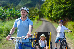Οικογένεια στο γύρο ποδηλάτων Στοκ Εικόνες